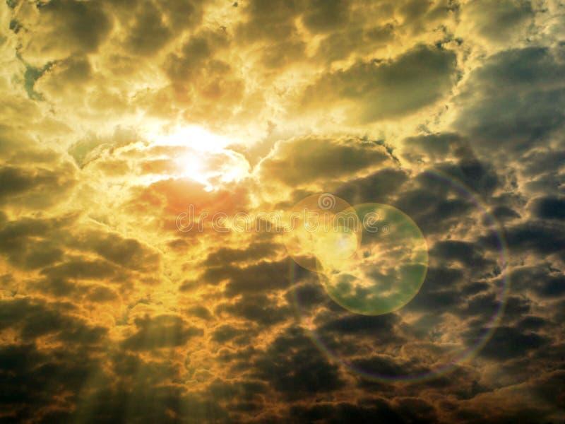 expõe ao sol a nuvem traseira e len o alargamento da luz solar imagem de stock