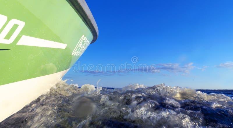 Exp?dier p?chant le canot automobile avec des gouttes de l'eau R?flexions bleues de vague d'eau de mer d'oc?an avec le yacht de p images libres de droits