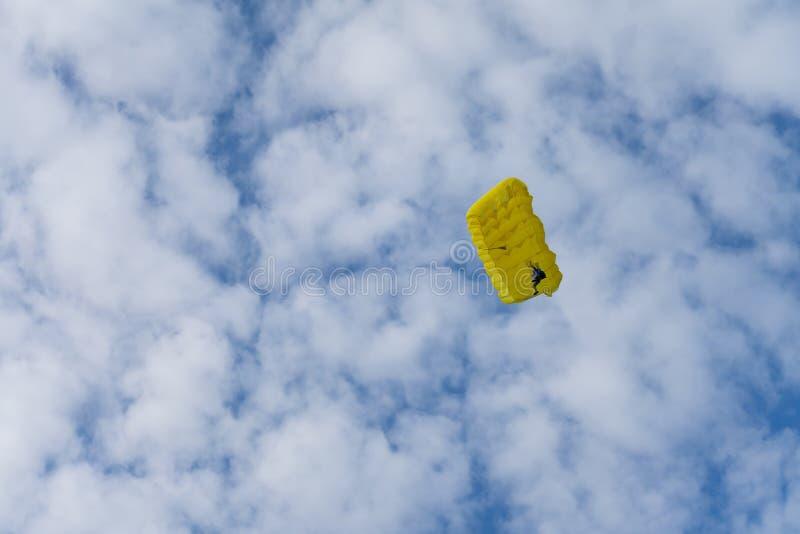 Expandera fallande med fallskärm mot blå himmel Skydiver i himlen Människor under fallskärm i himlen royaltyfri foto