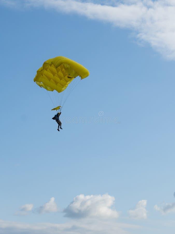 Expandera fallande med fallskärm mot blå himmel Skydiver i himlen Människor under fallskärm i himlen royaltyfria bilder