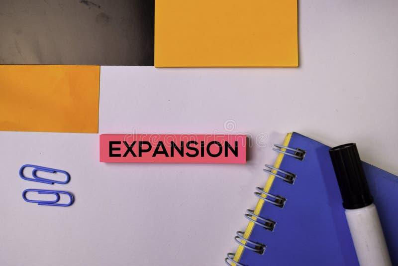 Expansion sur les notes collantes d'isolement sur le fond blanc images stock