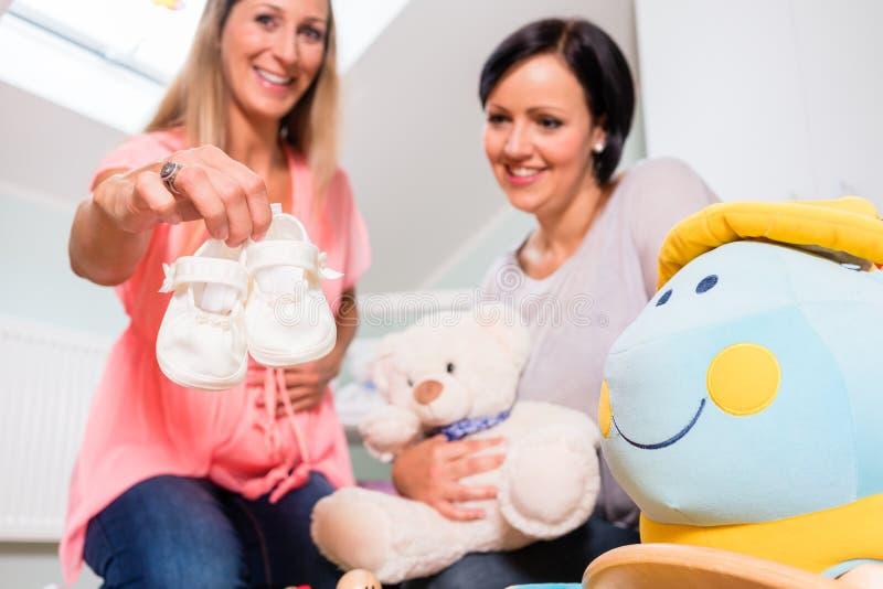Expectant matka i jej przyjaciela narządzania pepiniera dla dziecka zdjęcia royalty free
