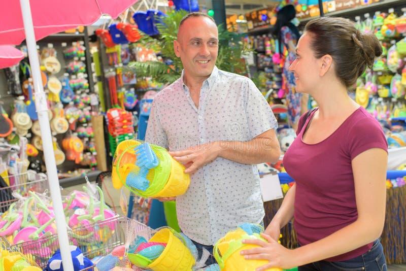 Expectant wychowywa kupienia dziecka zabawkę fotografia royalty free