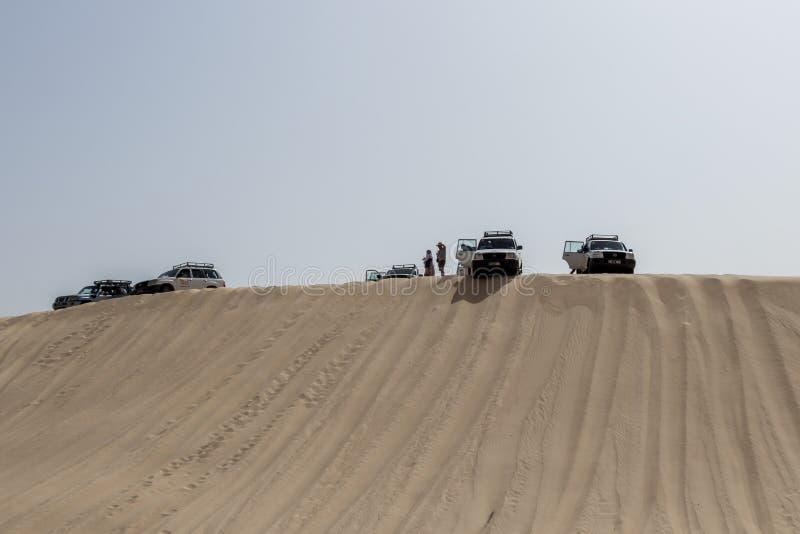 A expedição dos veículos do deserto sobre dunas imagens de stock