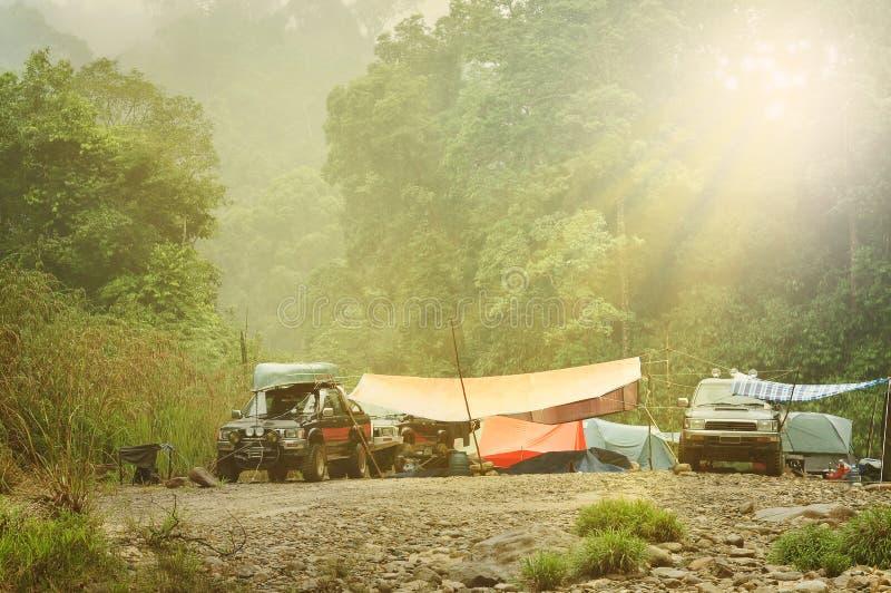 Expedição Rocky River Campsite da floresta úmida 4x4 fotos de stock royalty free