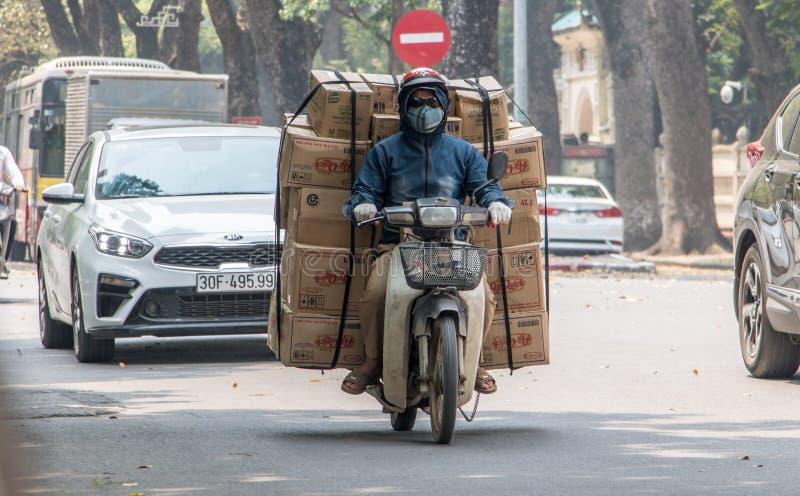Expedições da entrega nas ruas de Hanoi fotografia de stock royalty free