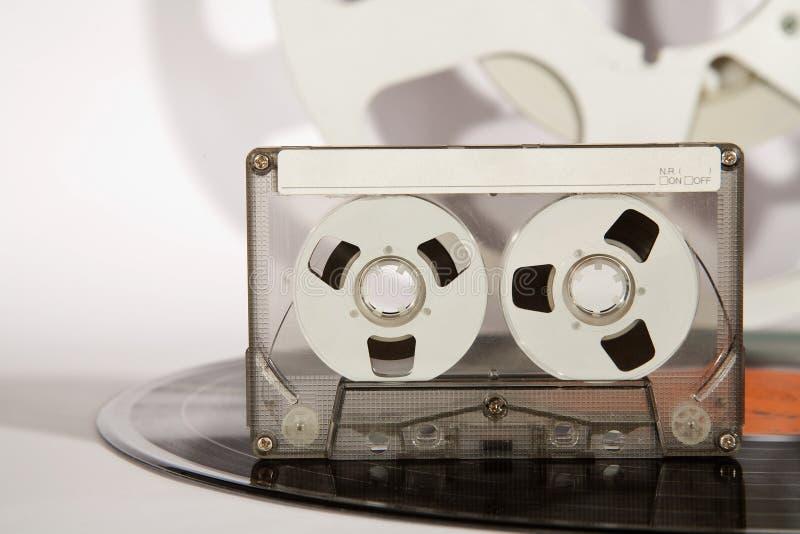 Expediente de vinilo del cassette y cinta de audio analogica imágenes de archivo libres de regalías