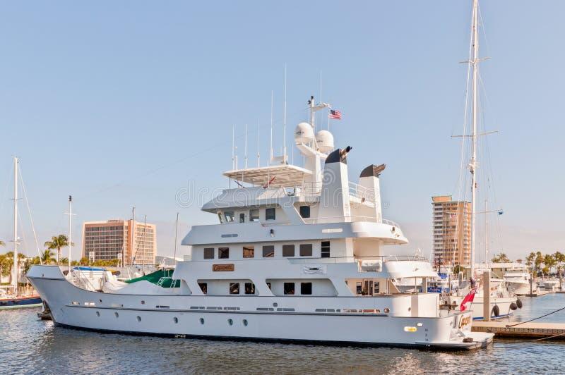 Expeditiejacht bij de huizen van de waterkant in Fort Lauderdale, FL stock fotografie