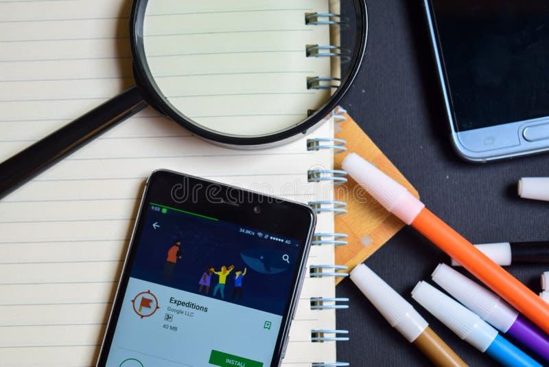Expeditioner App på den Smartphone skärmen arkivbild