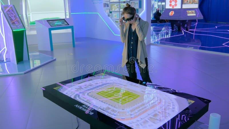 Experiência aumentada da realidade com o maquette do holograma do estádio imagens de stock