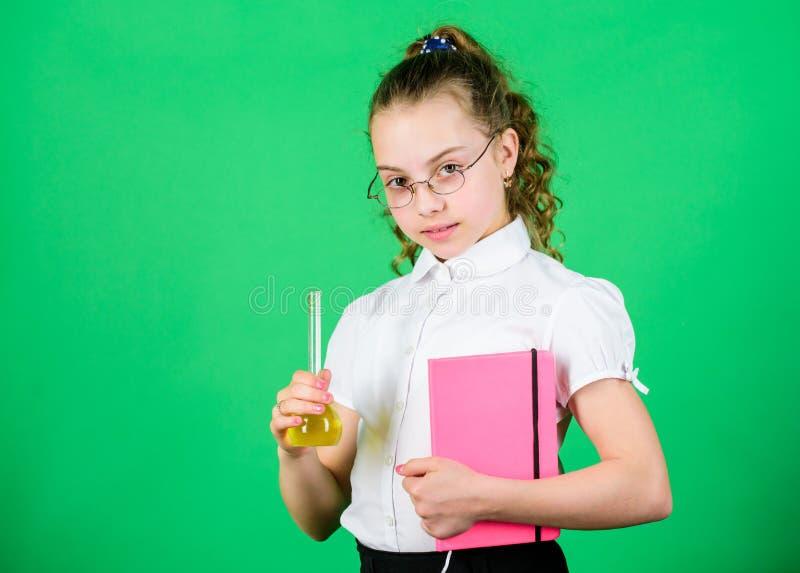 Experiência educativa Divertimento da química Dia do conhecimento Estudante com líquidos químicos coloridos Tendo o divertimento  foto de stock royalty free