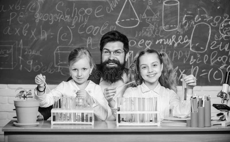 Experiência em biologia escolar Explicação da biologia às crianças Como interessar o estudo infantil Lição fascinante de biologia imagem de stock