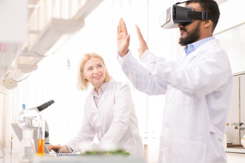 Experiência inovativa no laboratório médico imagem de stock