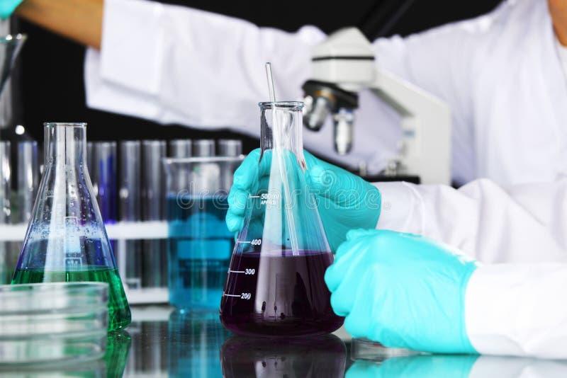 Experiência química foto de stock