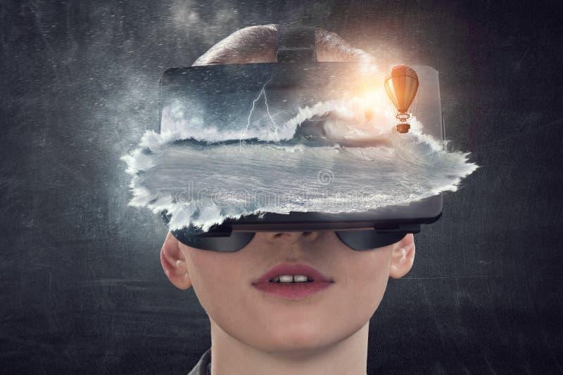 Experiencia de la realidad virtual Tecnolog?as del futuro imagen de archivo