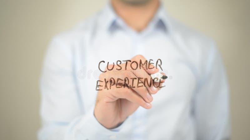 Experiencia del cliente, escritura del hombre en la pantalla transparente imagen de archivo