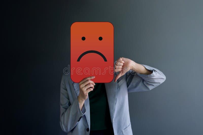 Experiencia del cliente o concepto emocional humano La mujer cubrió su cara por el papel y la actual mala sensación por la línea  foto de archivo libre de regalías