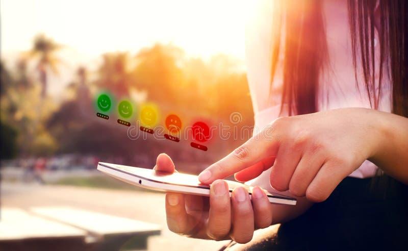 Experiencia del servicio de atención al cliente y concepto de la encuesta sobre la satisfacción del negocio fotos de archivo