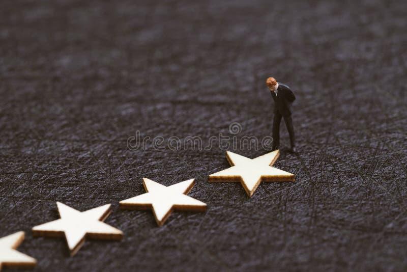 Experiencia del usuario, estudio o concepto del grado, figura miniatura situación del cliente del hombre de negocios de la confia imagenes de archivo