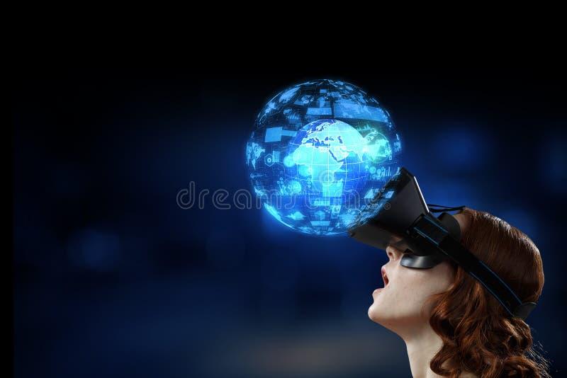 Experiencia en el mundo de la tecnología virtual Medios mixtos imagen de archivo
