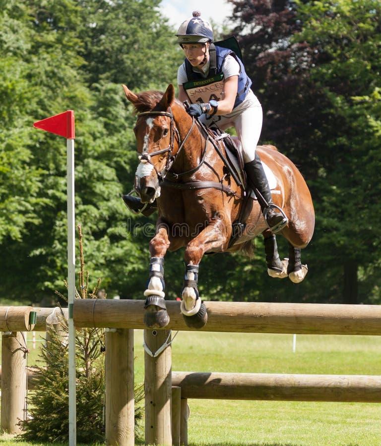 Experimentações de cavalo internacionais Caroline March de Houghton que monta Barric fotos de stock