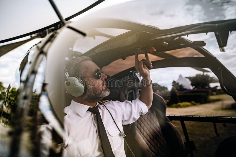 Experimental comenzando los controles en el helicóptero imágenes de archivo libres de regalías