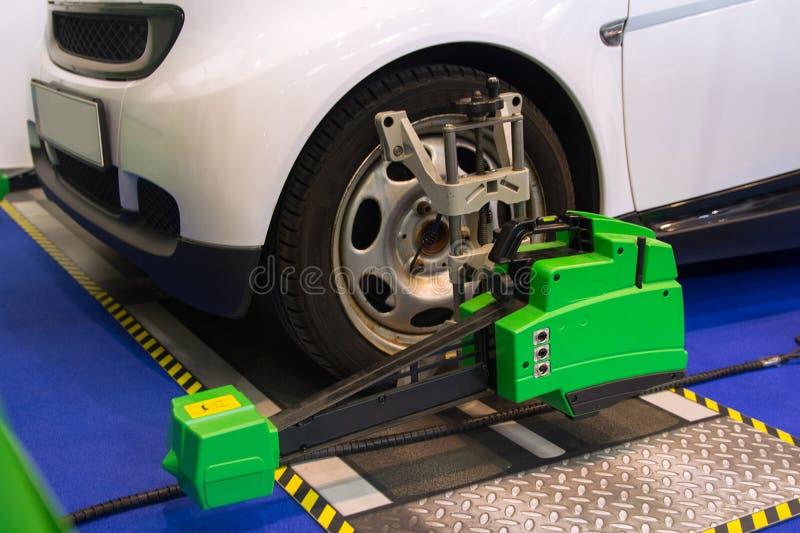 Experimentar la alineación de rueda auto en servicio técnico foto de archivo libre de regalías