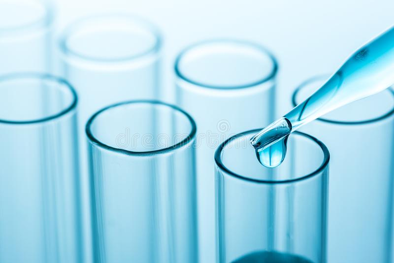 Experimentella droppar över provrör för vetenskapslaboratorium, vetenskap royaltyfri foto