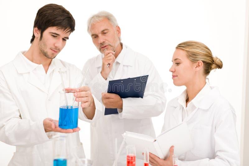 Experimento de la química - científicos en laboratorio fotos de archivo