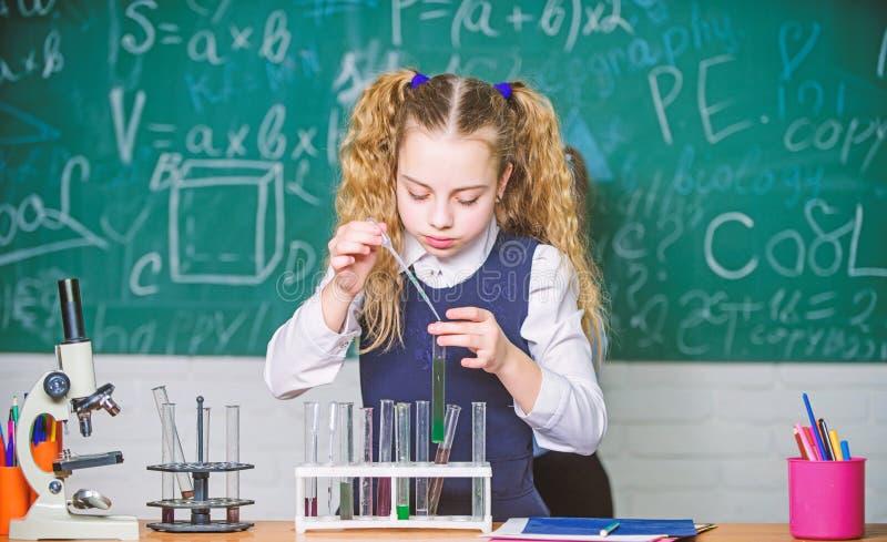 Experimento elegante de la escuela de la conducta del estudiante de la muchacha L?quidos qu?micos del estudio del alumno de la es imágenes de archivo libres de regalías