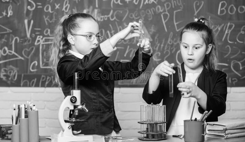 experimentos de la ciencia en laboratorio Poco trabajo del cient?fico con el microscopio Lecci?n de la escuela de la biolog?a Inv imagen de archivo