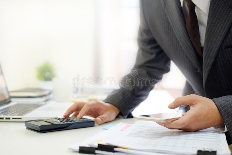 Expert-comptable certifié, homme travaillant au comprimé Co de smartphone images libres de droits