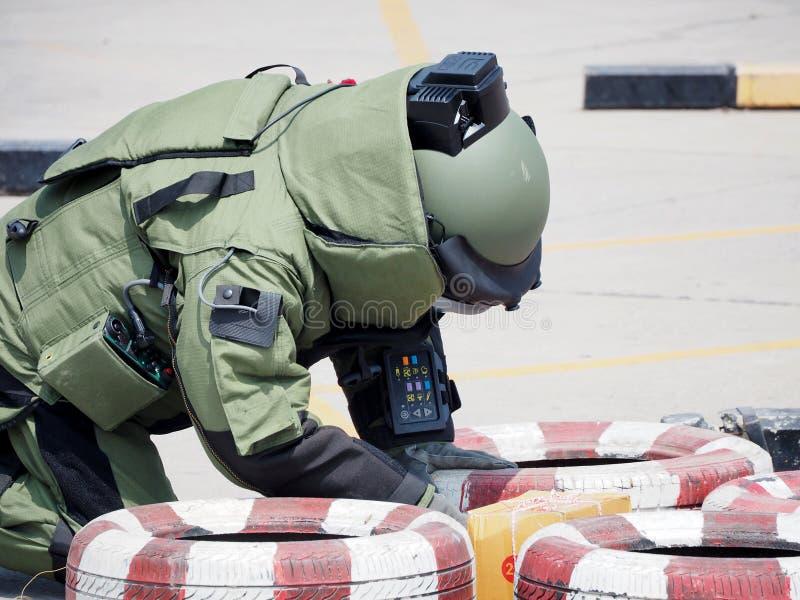 Expert en matière de déminage en matière de costume de bombe photographie stock