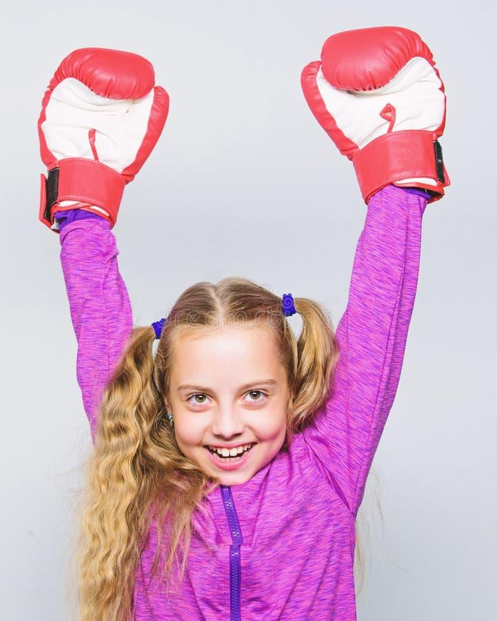 Expertis av den lyckade ledaren Sportuppfostran Gulligt barn f?r flicka med r?da handskar som poserar p? vit bakgrund Uppfostran  arkivfoton