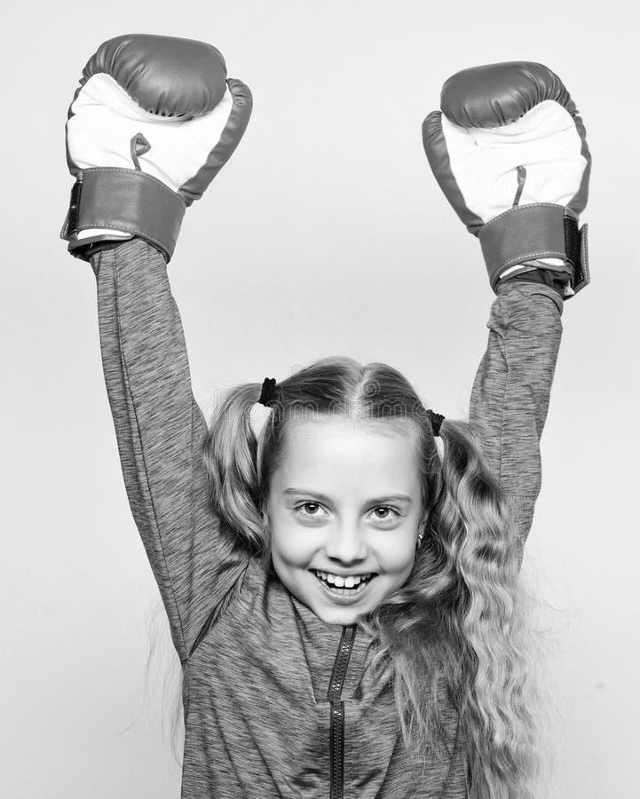 Expertis av den lyckade ledaren Sportuppfostran Gulligt barn f?r flicka med r?da handskar som poserar p? vit bakgrund Uppfostran  arkivbilder