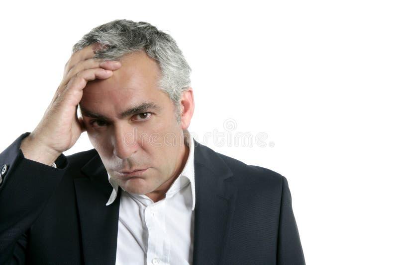 Expertise aînée inquiétée triste d'homme d'affaires de cheveu gris photographie stock libre de droits