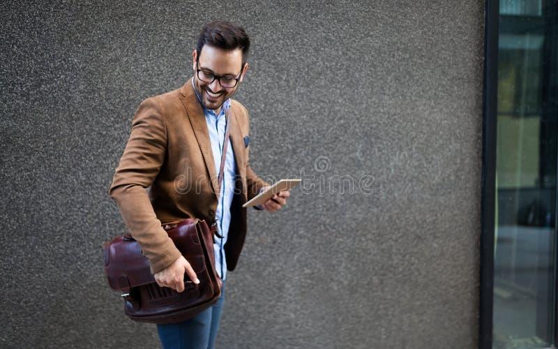 Experts du marketing masculins beaux marchant sur la rue de ville allant visiter rencontrer la conférence photographie stock libre de droits