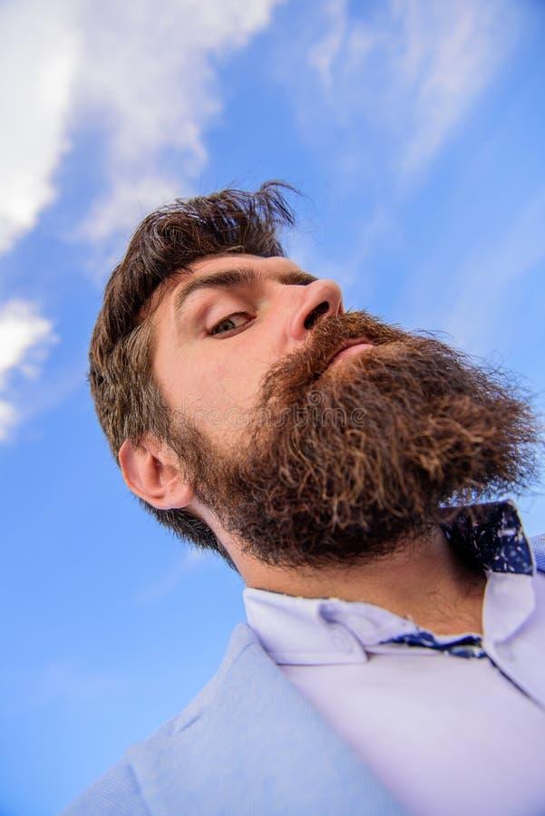 Expertspetsar för växande mustasch Skäggig hipster för man med mustaschhimmelbakgrund Kontrollera ut mitt långa skägg ultimat royaltyfria foton
