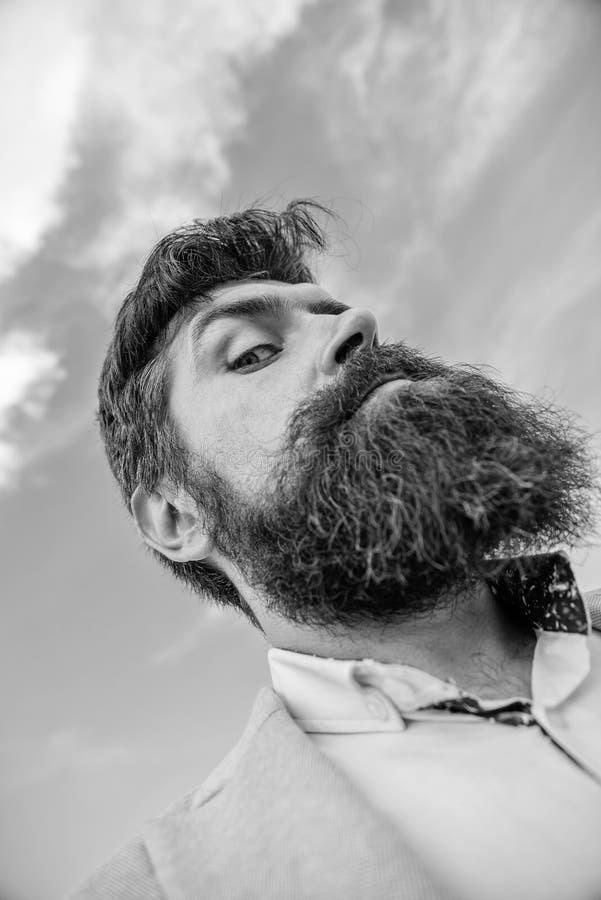 Expertspetsar för växande mustasch Skäggig hipster för man med mustaschhimmelbakgrund Kontrollera ut mitt långa skägg ultimat royaltyfria bilder