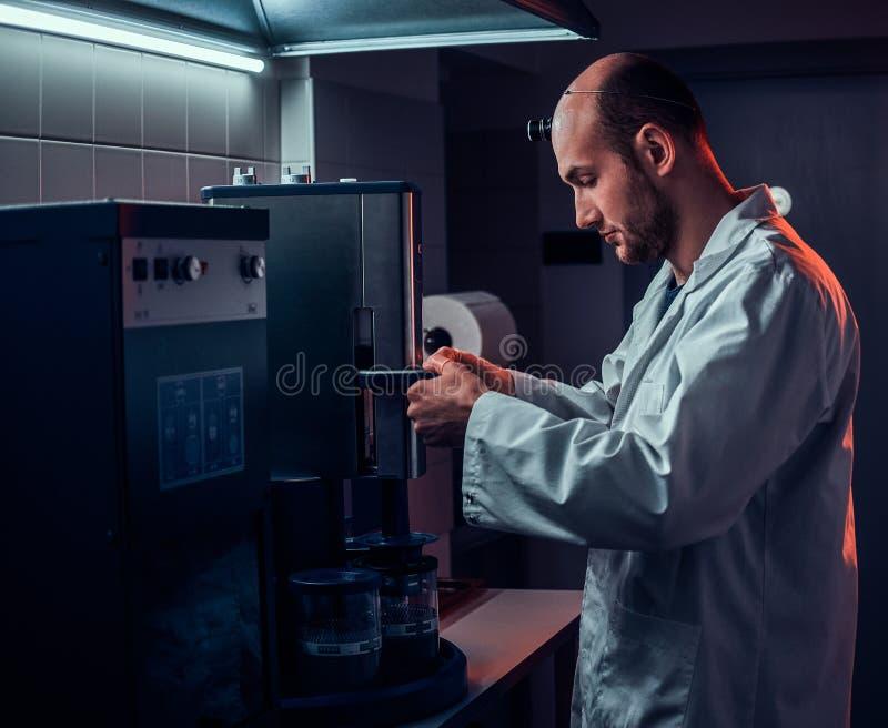 Expirienced zegarmistrz pracuje z autoklawem przy jego swój studiiem zdjęcia stock