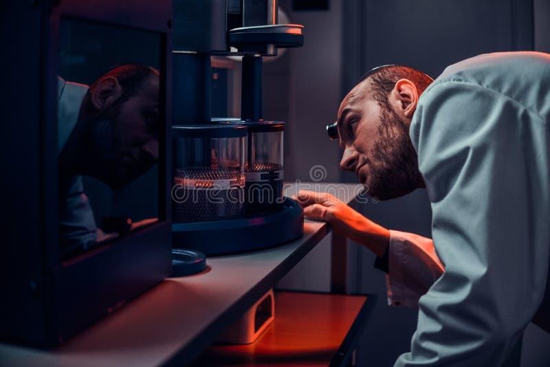 Expirienced zegarmistrz pracuje z autoklawem przy jego sw?j studiiem obraz stock