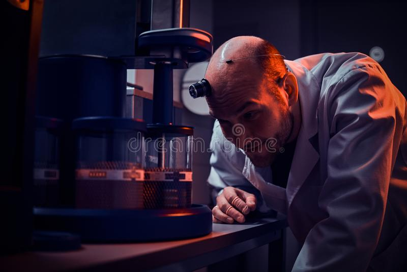 Expirienced zegarmistrz pracuje z autoklawem przy jego sw?j studiiem zdjęcie stock