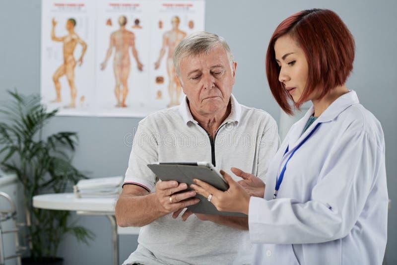 Explicación de resultados de los exámenes médicos fotos de archivo libres de regalías