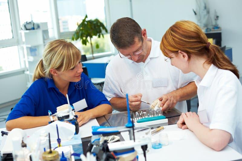 Explication du travail de dentier image stock