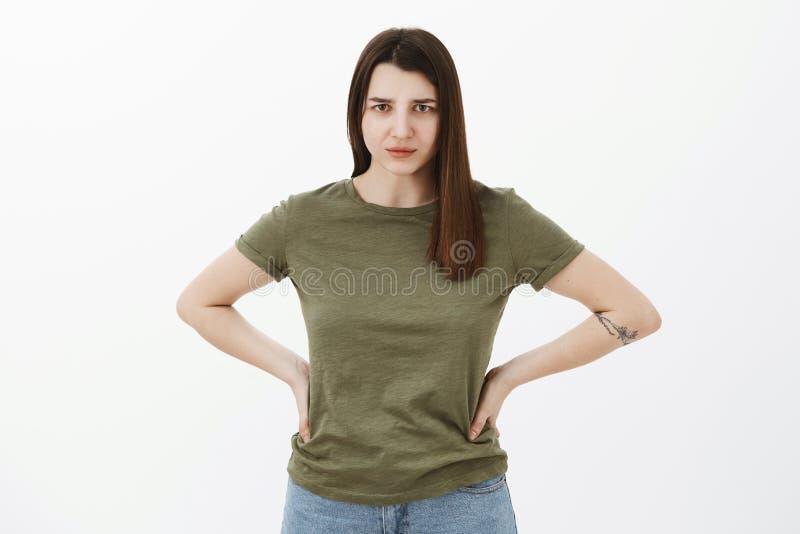 Explique-se immidietely Potrait da irmã autoritário nova desagradada e irritada que guarda as mãos no desânimo na cintura fotografia de stock royalty free