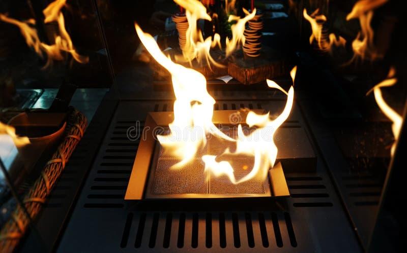 Exploderande svart bakgrund för flammor Spis med precis som brand som bränner i kafé fotografering för bildbyråer