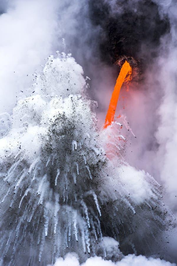 Exploderende lavastroom in Hawaï stock fotografie
