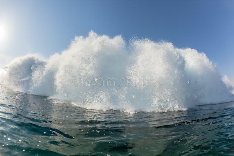 Exploderende Stroomversnelling Oceaangolf royalty-vrije stock afbeelding