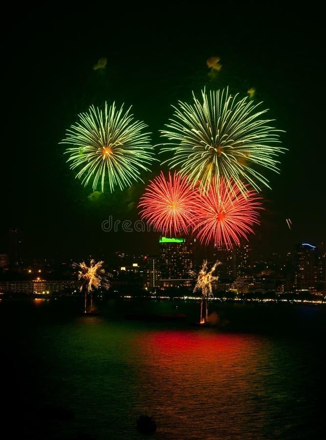 Explodieren buntes rosa Feuerwerk 4 auf populärem Strand stockfotografie