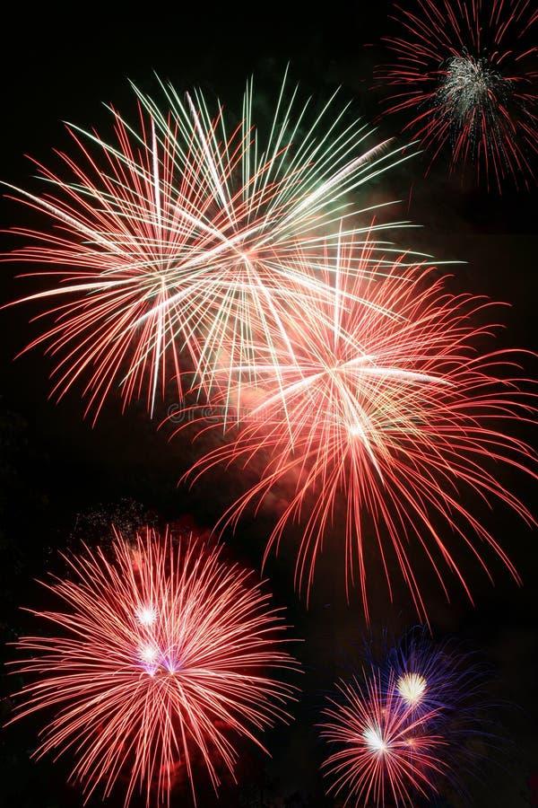 Explodierende Feuerwerke lizenzfreies stockfoto